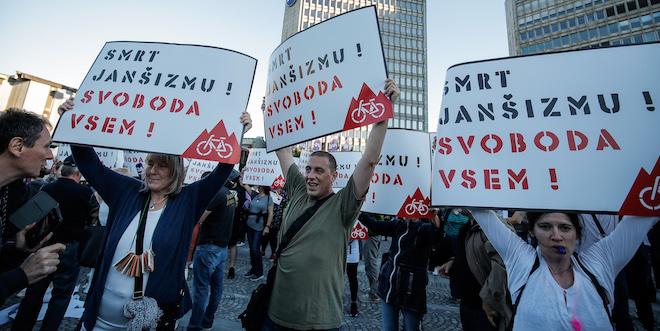 """[Komentar] Priročnik za petkove proteste: Kakšna so politična stališča """"braniteljev slovenske demokracije""""?"""