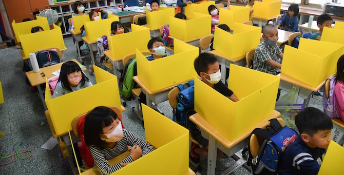 [Komentar] Travmatično življenje otrok z masko v šolski torbici
