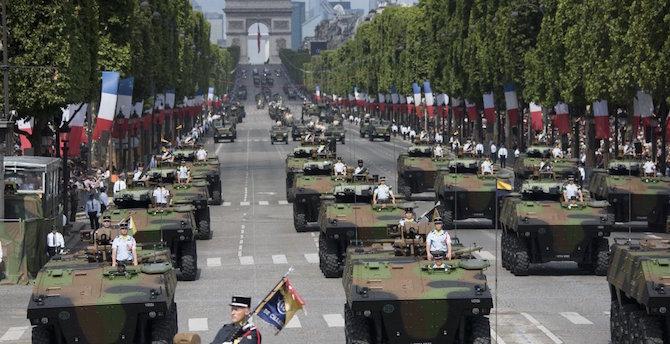 [Komentar] Vojaška parada je pravzaprav privid obvladovanja kriz, v resnici so parade simptom razpada.